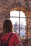 Vue arrière de la jeune femme de touristes visitant le destinatio pittoresque photographie stock libre de droits