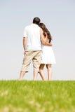 Vue arrière de la jeune position romantique de couples images stock