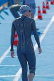 Vue arrière de la marche femelle de nageur Image stock