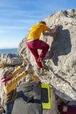 Vue arrière de la roche s'élevante de l'homme bouldering Photographie stock libre de droits