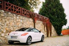 Vue arrière de la voiture blanche de Peugeot RCZ garée dans la rue Photo stock