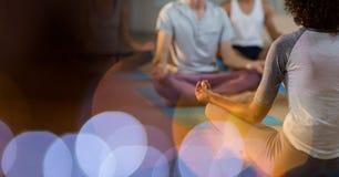 Vue arrière de méditation de enseignement d'instructeur aux clients Image libre de droits