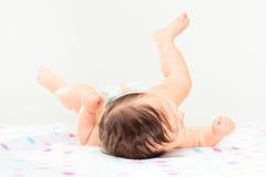 Vue arrière de petit bébé se trouvant sur la couverture de points de polka Images libres de droits