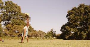 Vue arrière de petite fille faisant un acrobatique banque de vidéos