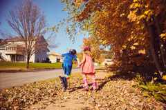 Vue arrière de petits enfants patinant tenant des mains Photographie stock