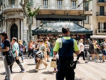 Vue arrière de policier surveilling la ville photo stock