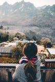 Vue arrière de portrait de jeune femme regardant et appréciant le beau paysage de montagne Images stock