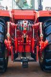 Vue arrière de tracteur agricole moderne Accroc hydraulique Cadre de levage hydraulique photo libre de droits