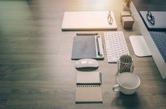 Vue arrière de travail de bureau avec l'ordinateur, ordinateur portable, approvisionnements Photos libres de droits