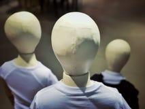 Vue arrière de trois mannequins dans une boutique Photographie stock