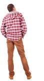 Vue arrière de type dans une chemise de plaid avec le regard de capot Photographie stock