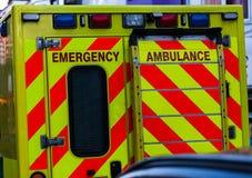 Vue arrière de voiture d'ambulance dans le trafic Image urgente de concept d'aide et de santé photographie stock libre de droits