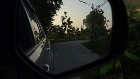 Vue arrière de voiture sur la route banque de vidéos