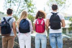 Vue arrière des amis de hanche avec des sacs à dos Photographie stock