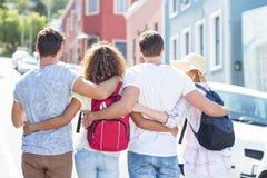 Vue arrière des amis de hanche avec des sacs à dos Image stock