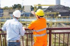 Vue arrière des architectes inspectant le chantier de construction Images libres de droits