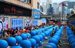 Vue arrière des chiffres de Doraemon dans la ville de port Photo libre de droits