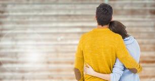 Vue arrière des couples embrassant sur le fond en bois Photographie stock libre de droits