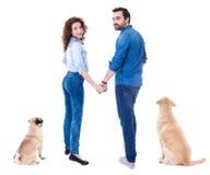 Vue arrière des couples heureux et leurs des animaux familiers d'isolement sur le blanc Image stock