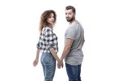 Vue arrière des couples heureux tenant des mains et regardant l'appareil-photo Image stock