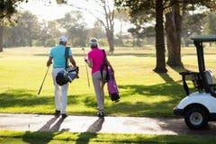 Vue arrière des couples mûrs de golfeur Image stock