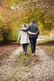Vue arrière des couples marchant le long d'Autumn Path images stock