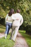 Vue arrière des couples marchant le long du chemin image stock