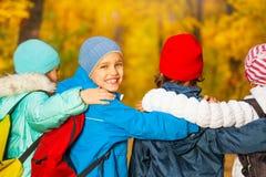 Vue arrière des enfants heureux avec des sacs à dos Image libre de droits
