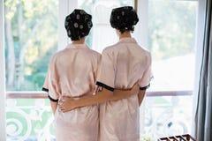 Vue arrière des femmes tenant la fenêtre proche Photo stock