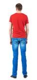 Vue arrière des jeunes hommes dans le T-shirt orange. Photographie stock