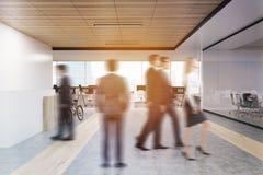 Vue arrière des personnes dans le hall de bureau Photographie stock libre de droits