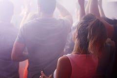 Vue arrière des personnes dansant dans la boîte de nuit Image libre de droits