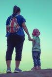 Vue arrière des randonneurs de mère et d'enfant appréciant la vue au à Image libre de droits