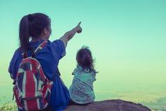 Vue arrière des randonneurs de mère et d'enfant appréciant la vue au à Photos stock