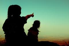Vue arrière des randonneurs de mère et d'enfant appréciant la vue au à Photos libres de droits
