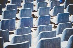 Vue arrière des sièges en plastique bleus dans un thetre ouvert-aitr Configuration abstraite Photographie stock