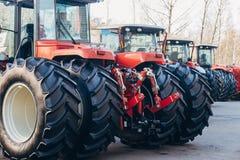 Vue arrière des tracteurs agricoles modernes avec le cadre de levage hydraulique pour attacher l'équipement traîné photographie stock
