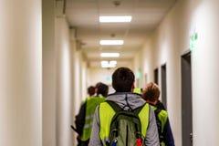 Vue arrière des travailleurs d'aéroport dans l'uniforme à l'intérieur Image stock