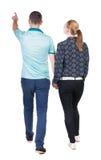 Vue arrière du jeune pointage de marche de couples (homme et femme) Image libre de droits