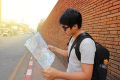 Vue arrière du jeune randonneur asiatique beau explorant la carte pour la bonne direction chez Chiang Mai, Thaïlande Voyage et to Photo stock