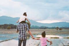 Vue arrière du père et de la fille jouant ensemble Photos stock