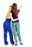Vue arrière du pointage de deux jeunes femmes Image libre de droits