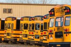 Vue arrière garée d'autobus scolaires jaunes Image stock