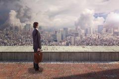 Vue arrière latérale d'un homme d'affaires sur le dessus de toit regardant la ville avec l'espace de copie image libre de droits