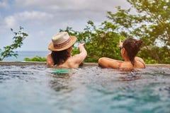 Vue arrière sur la fille deux dans la piscine Images libres de droits