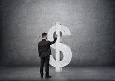 Vue arrière symbole dollar concret émouvant d'homme d'affaires de grand Images stock