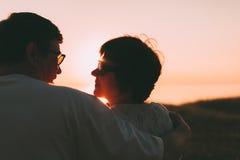 Vue arrière un ménage marié une silhouette se reposant sur un banc Photo libre de droits