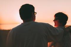 Vue arrière un ménage marié une silhouette se reposant sur un banc Images libres de droits