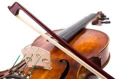 Vue arrière d'un violon avec l'arc sur des ficelles Photos stock
