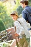 Vue arrière de jeune femme heureuse avec ses amis Image libre de droits